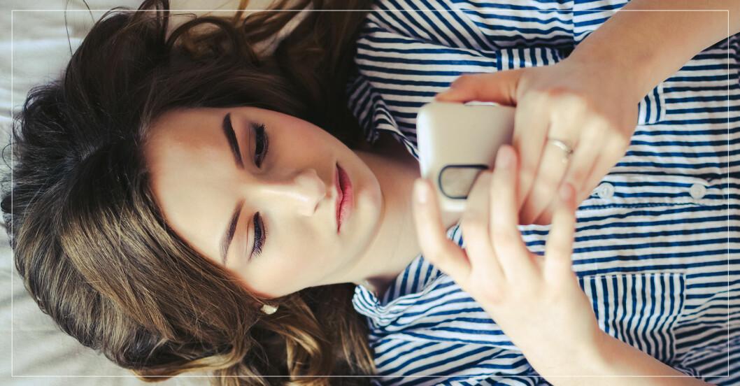 kvinna som ligger och googlar med mobilen