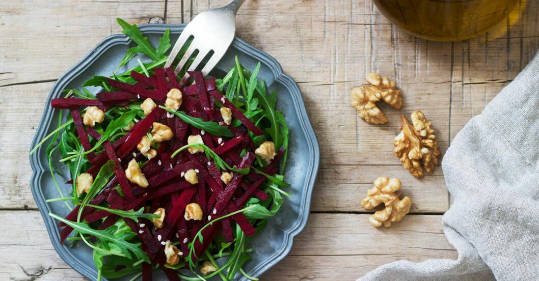 En extra portion grönsaker, nötter och olivolja är bra både för hälsan och miljön, visar ny forskning.
