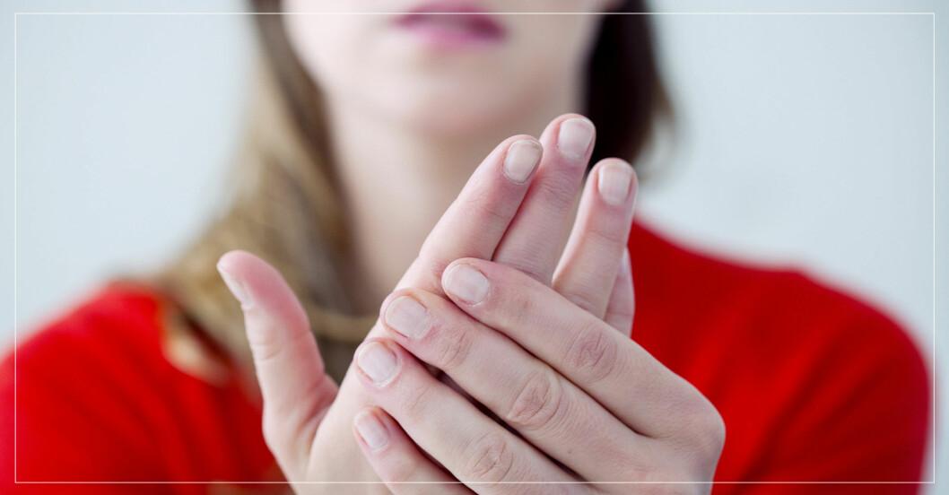 kvinna visar upp sina händer