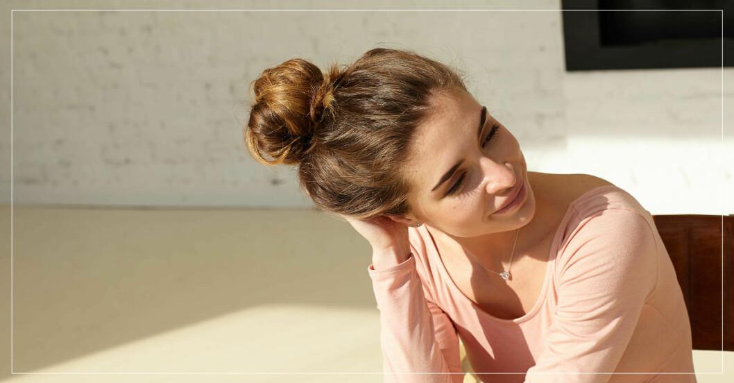 kvinna med håret uppsatt i knut