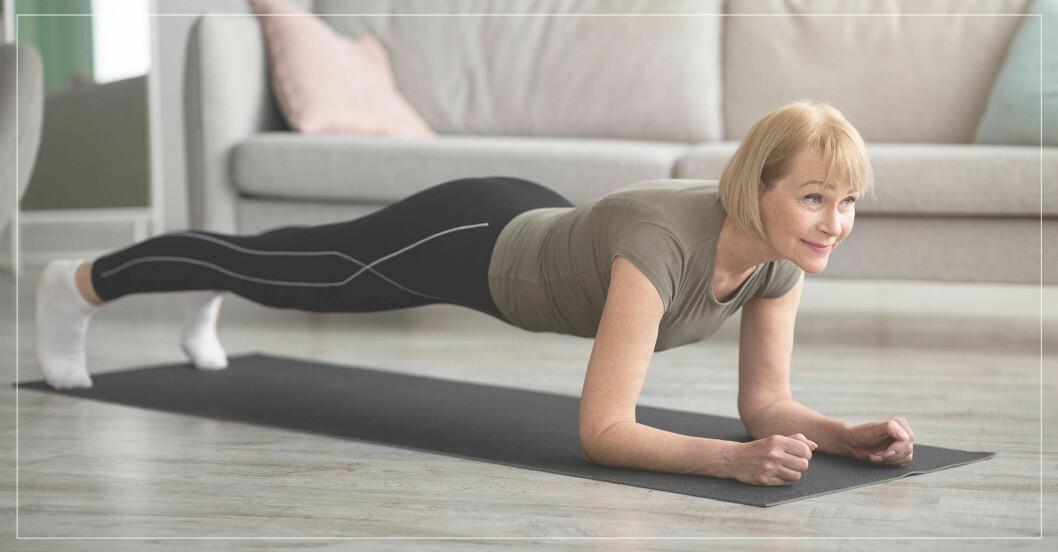kvinna med högt blodtryck står i planka, tränar isometriskt