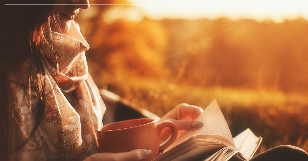 kvinna i motljus som läser bok