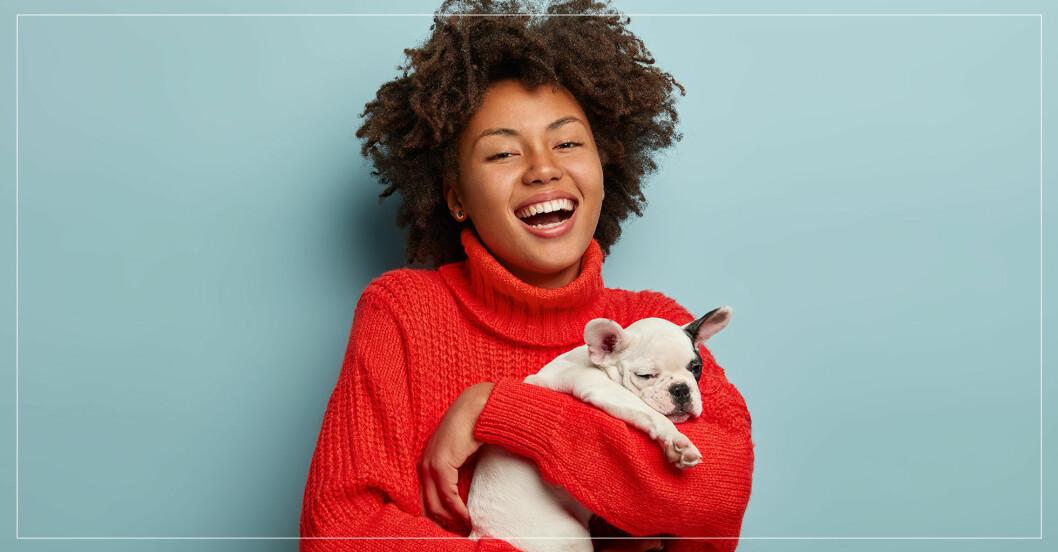 Kvinna som håller i en hund.