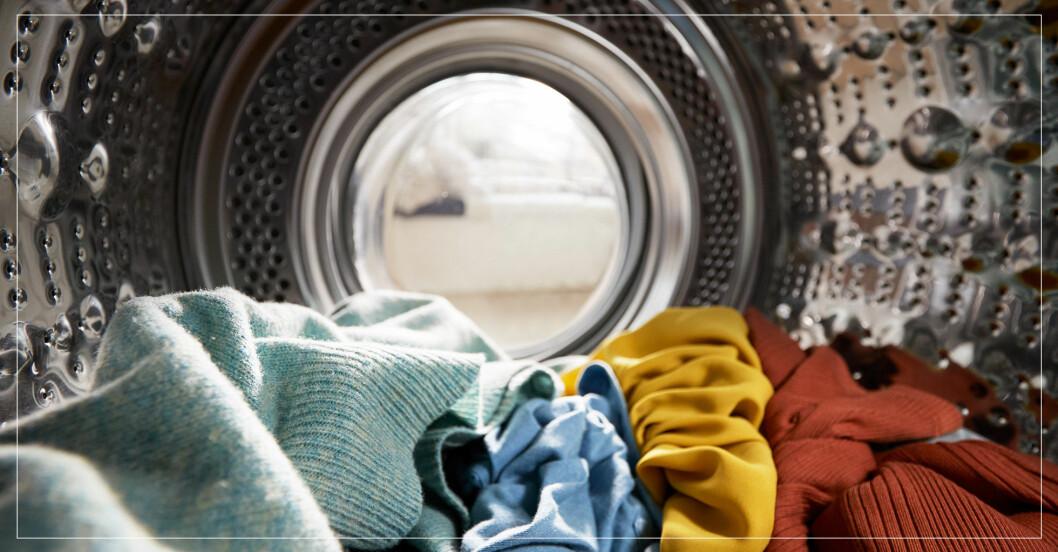 Kläder i tvättmaskin.