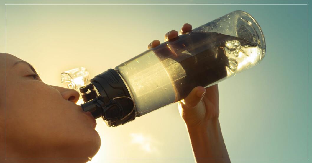 kvinna dricker vatten när det är varmt