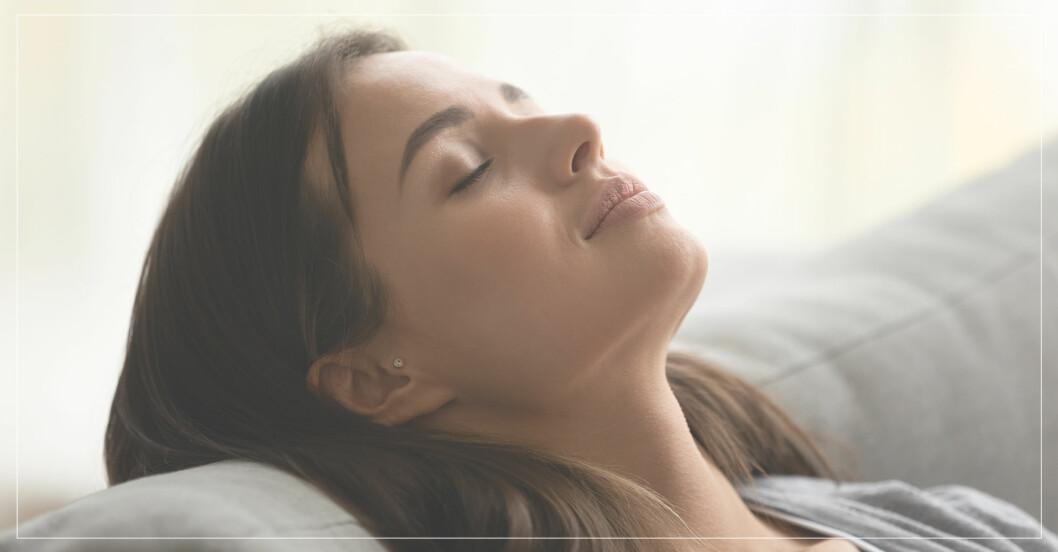 kvinna lindrar huvudvärk naturligt med huskurer