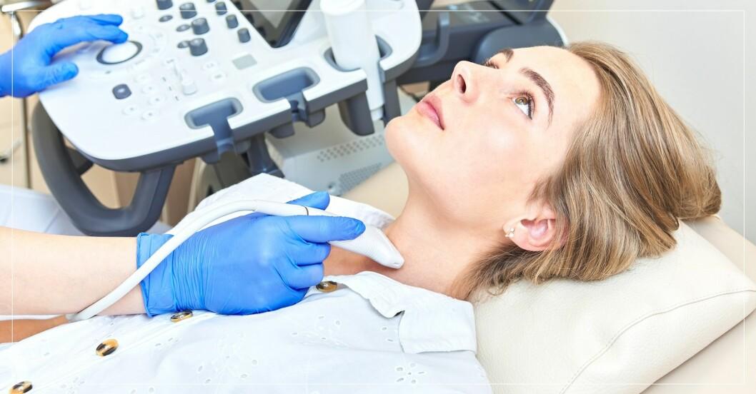 Kvinna får sin sköldkörtel undersökt