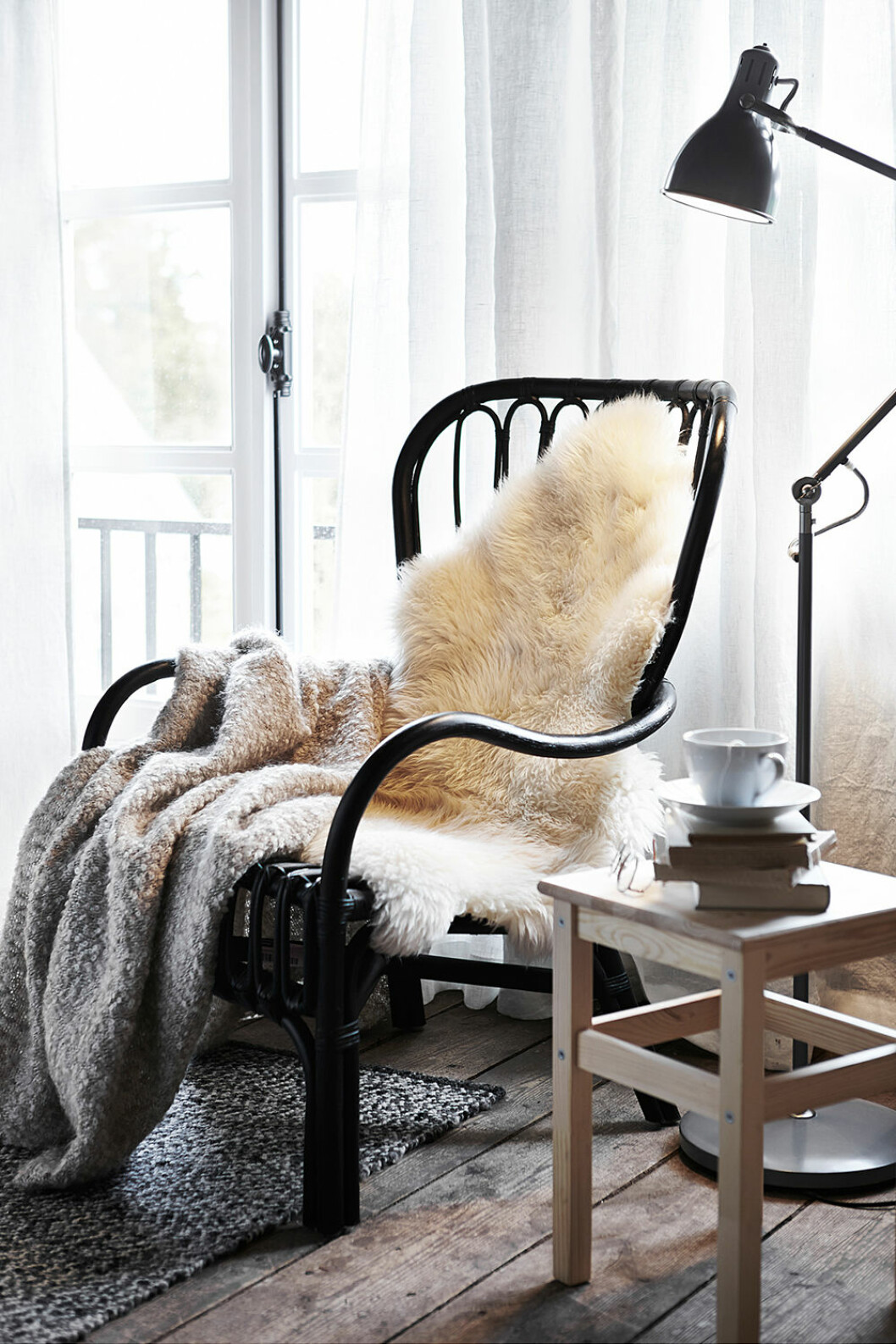 Stol i rotting, fårskinn Ludde och bord i trä från Ikea