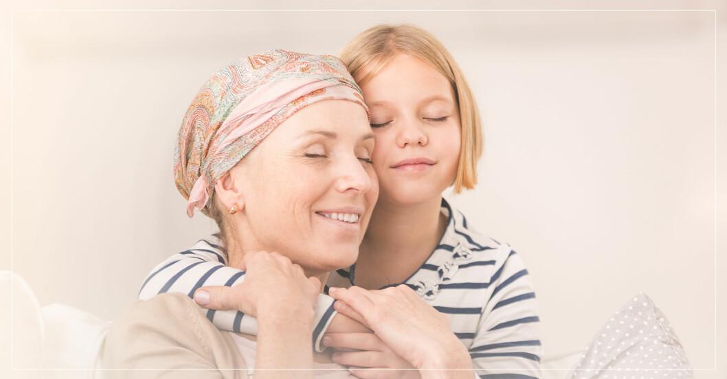 Cancersjuk kvinna får kram av barn