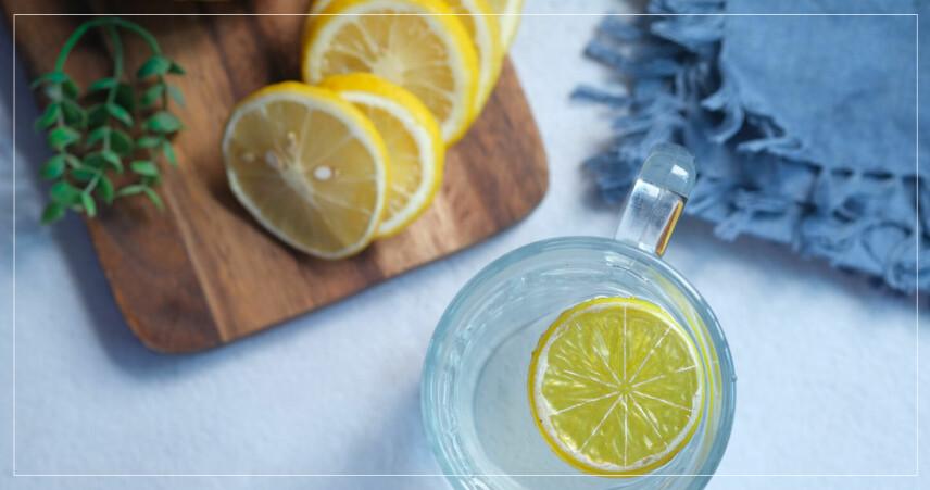 citronvatten och citronskivor på ett bord