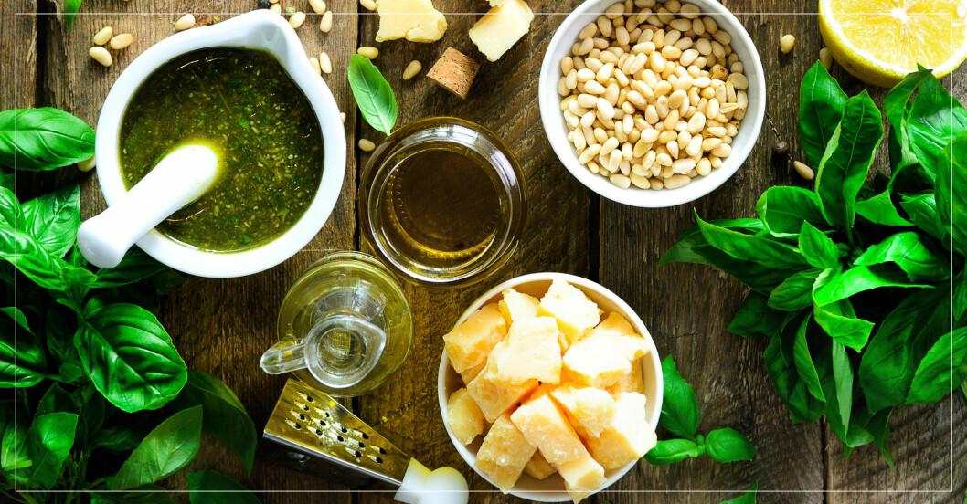 ost, kryddor och nötter i skålar