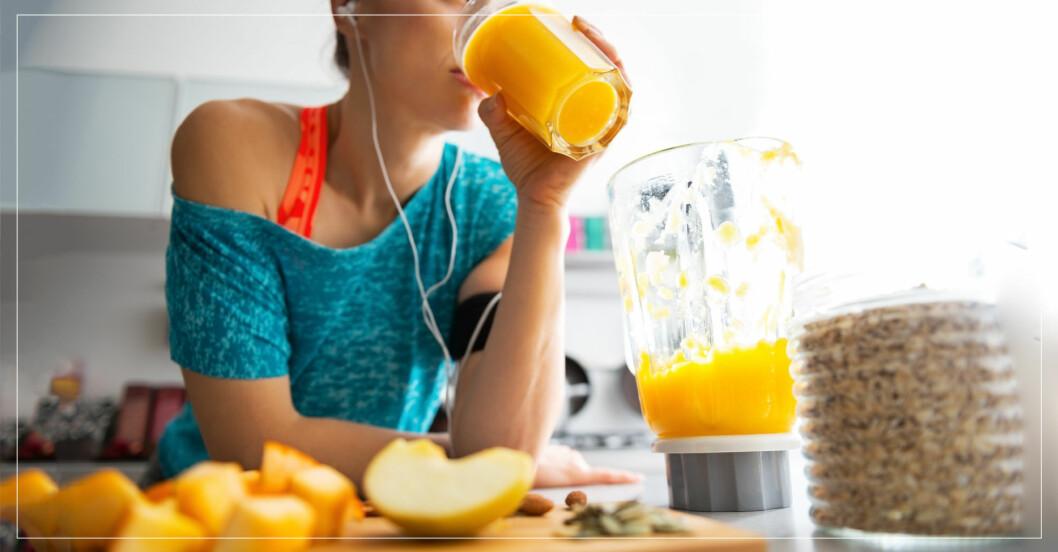 Kvinna dricker juice på morgonen.
