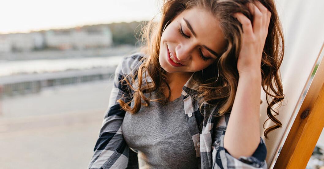 introvert kvinna som håller sig i håret