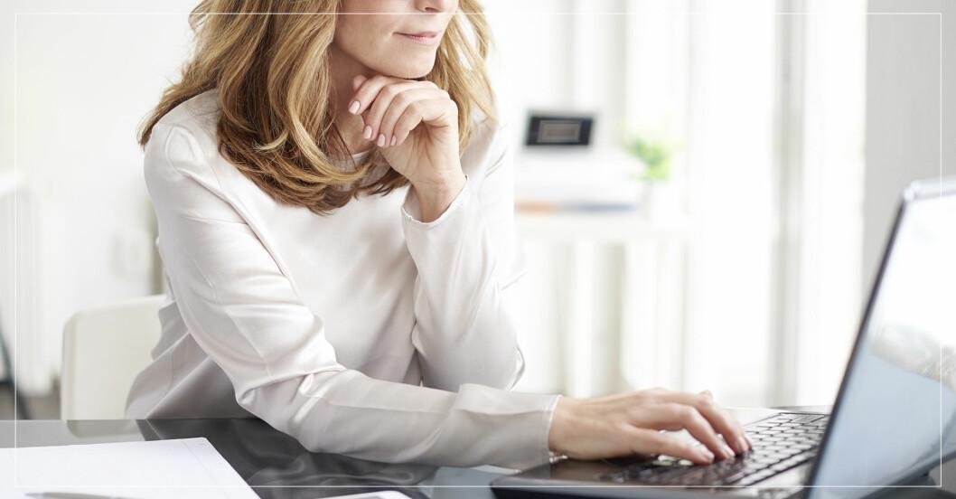 Kvinna som sitter vid en dator.