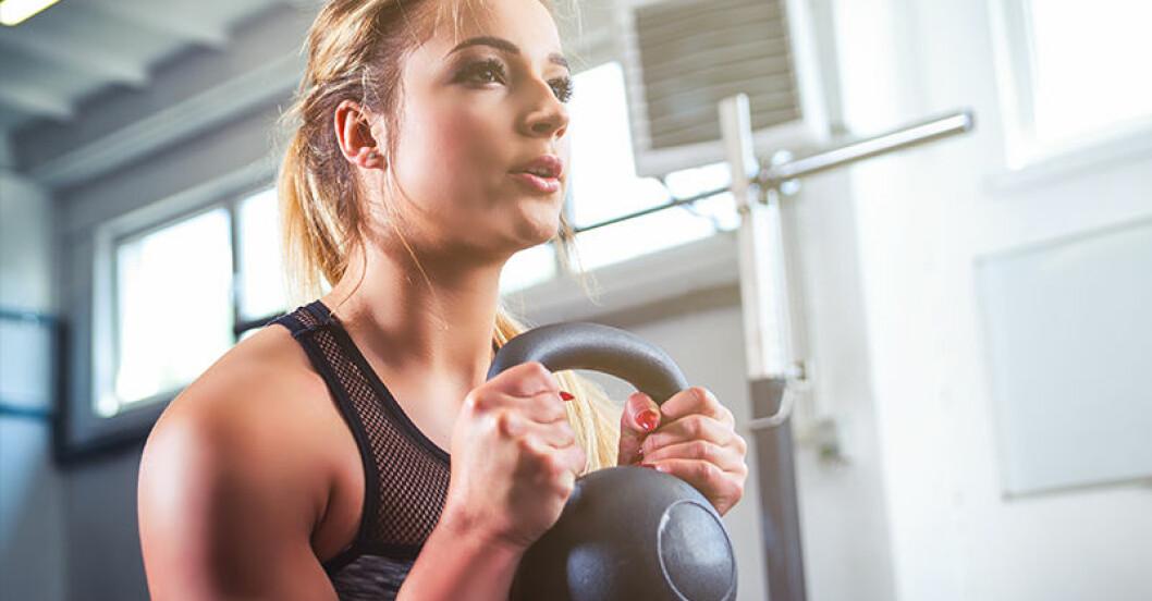kvinna tränar med kettlebell