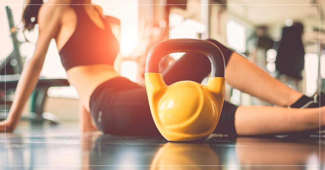 kvinna laddar för att göra kettlebell-övningar