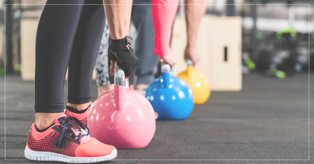 Kvinna tränar med kettlebell och försöker välja rätt vikt