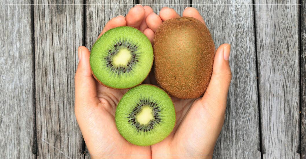 hand som håller i kiwi