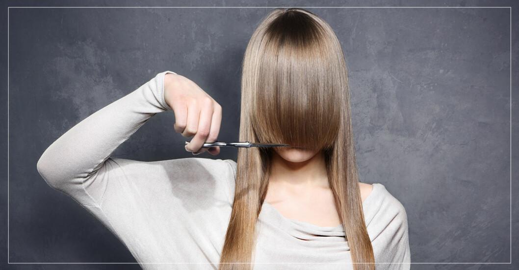 En kvinna som klipper lugg på sig själv.