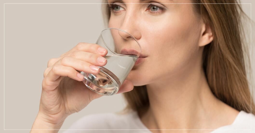 kvinna dricker kollagendryck