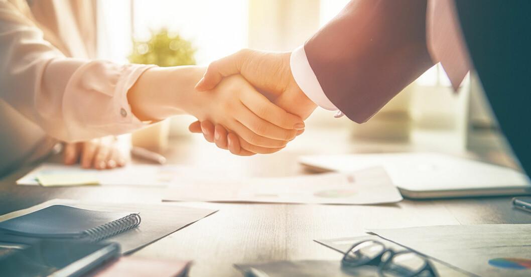 Skakar hand istället för kramas vid möte