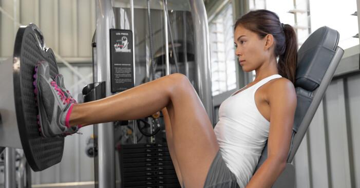 kvinna får ont i knä när hon tränar