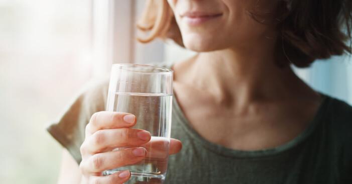 kvinna följer 5:2-dieten och undviker misstaget att dricka för lite vatten