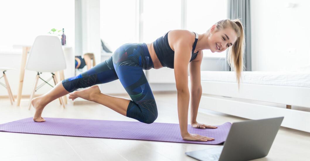 kvinna följer träna hemma-schema