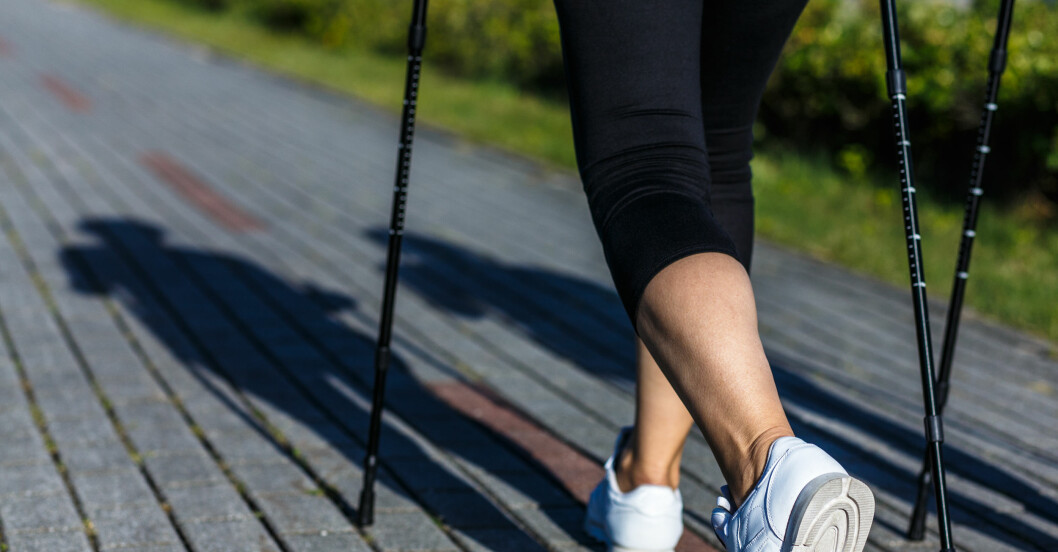 kvinna går sig i form med gåstavar och ett 4 veckors schema