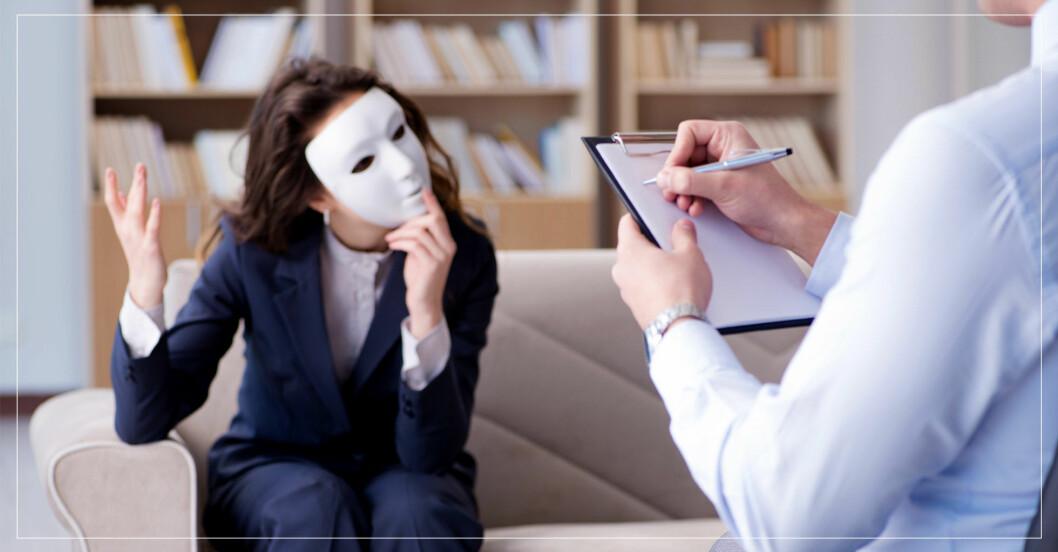 Kvinna gömmer sig bakom en mask hos psykologen.