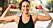kvinna gör burpee-variant med hantlar