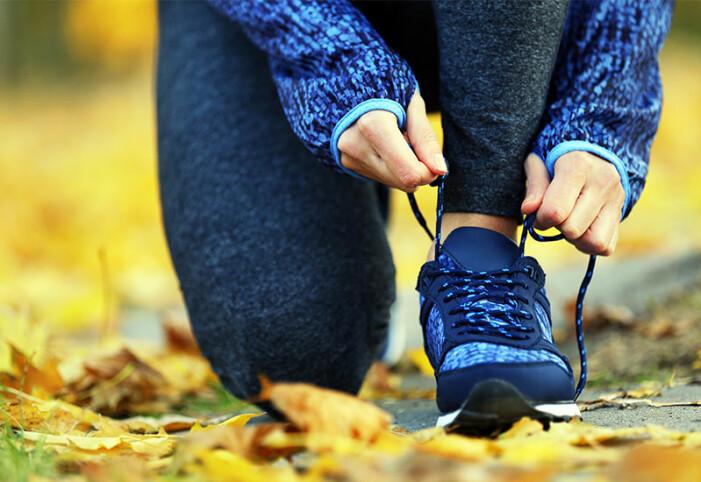Kvinna gör sig redo för att gå en kilometer