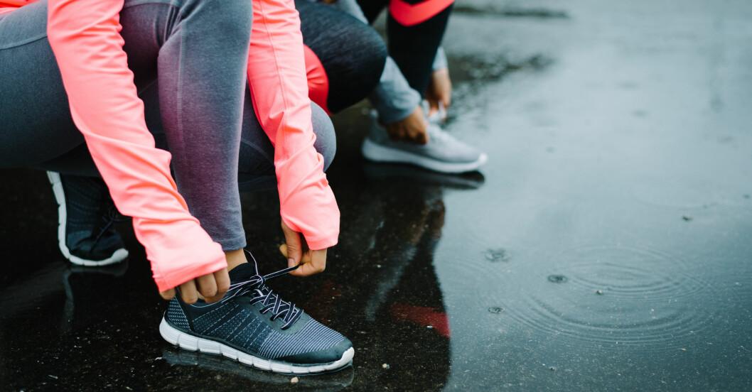 kvinna gör sig redo för att springa och undrar om man ska träna varje dag