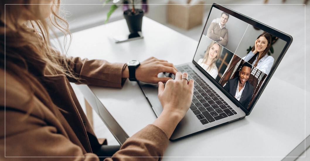 Kvinna har videomöte på laptop.