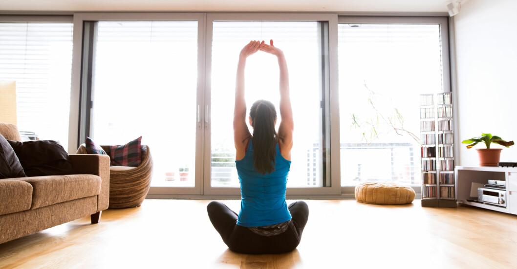 kvinna höjer sin hälsa med några minuters träning