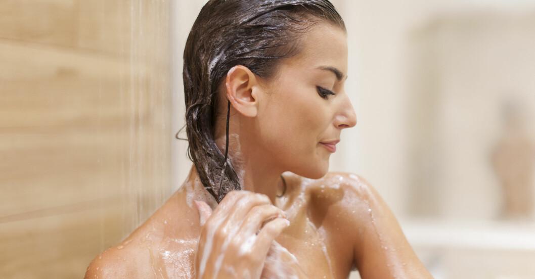 kvinna i duschen undrar hur hon ska göra för att få längre hår