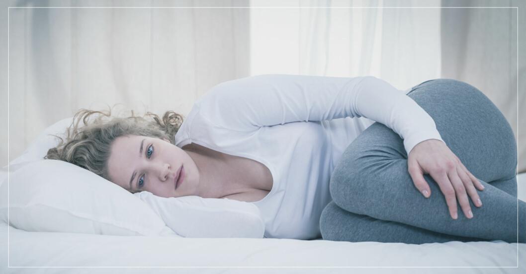 Kvinna i säng.