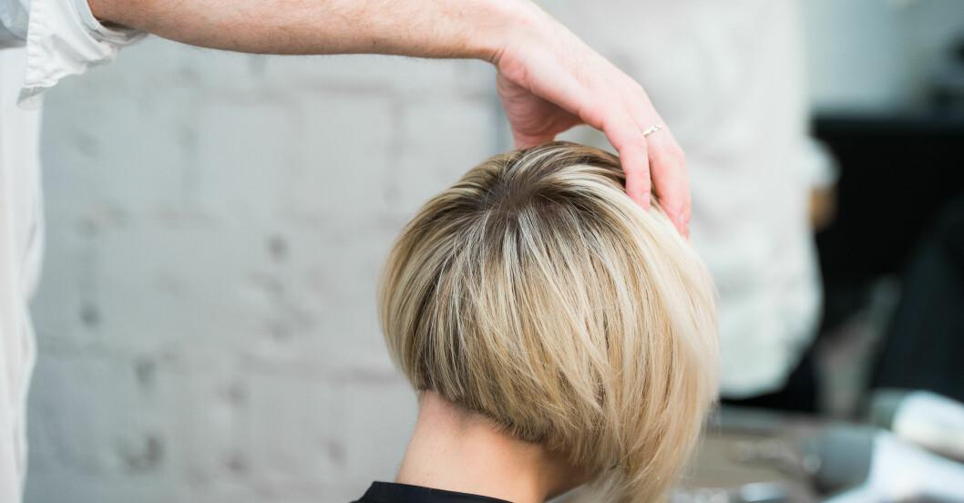 Kvinna med blond staplad bob.