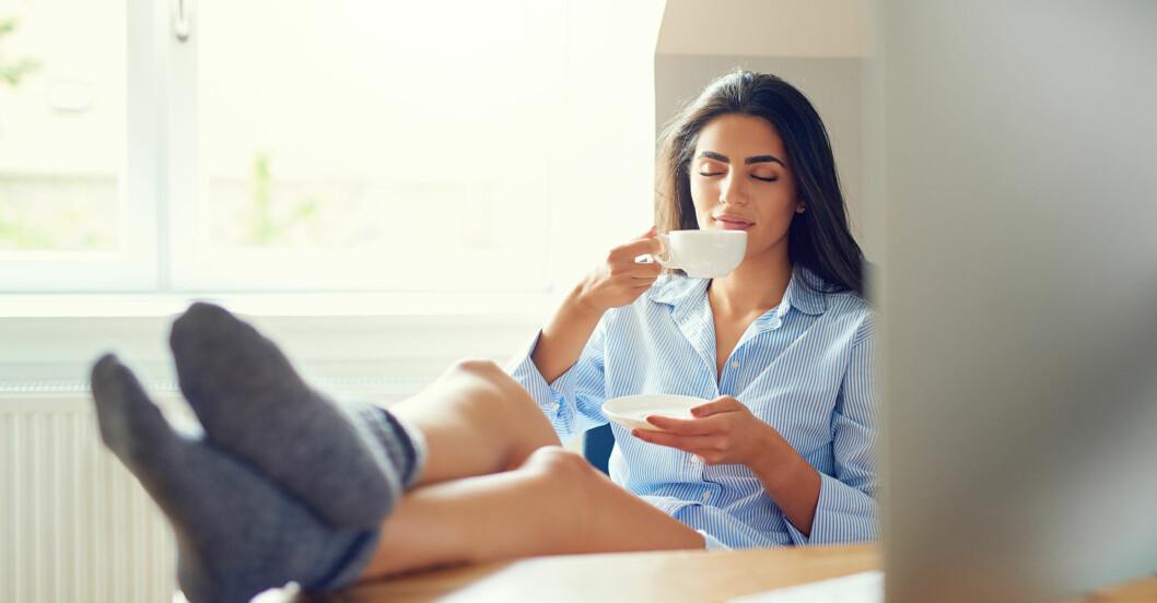 Kvinna testar tips för att stressa ner