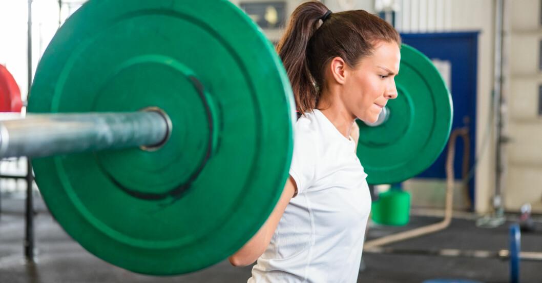 kvinna tränar varje dag på gymmet