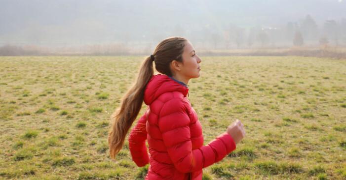 Kvinna ute och går, följer träna hemma-schema