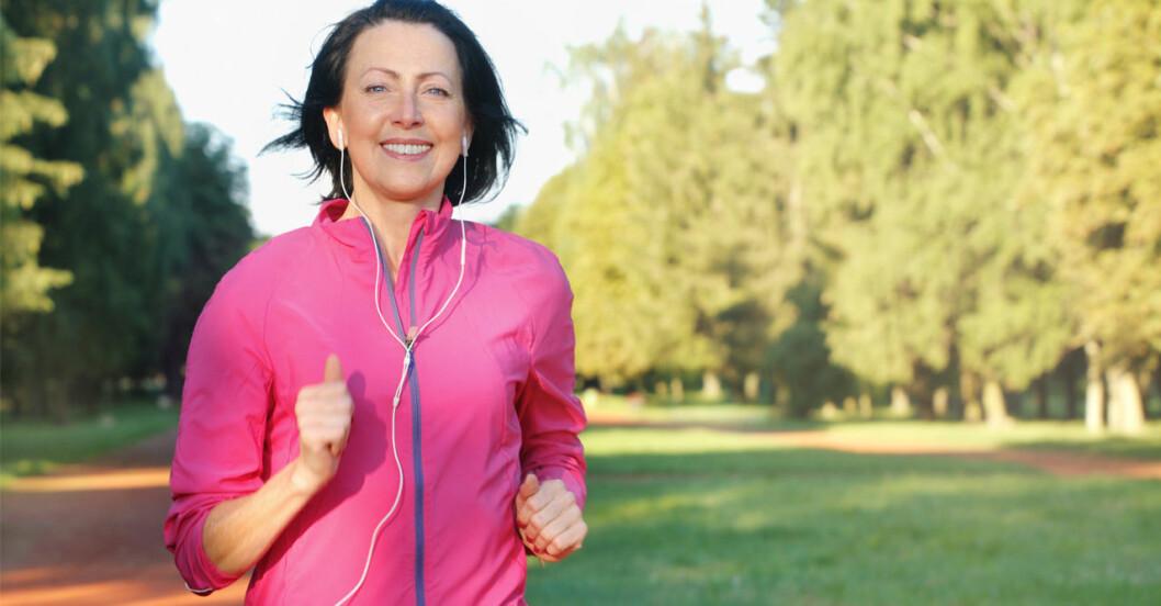 Glad kvinna löptränar.