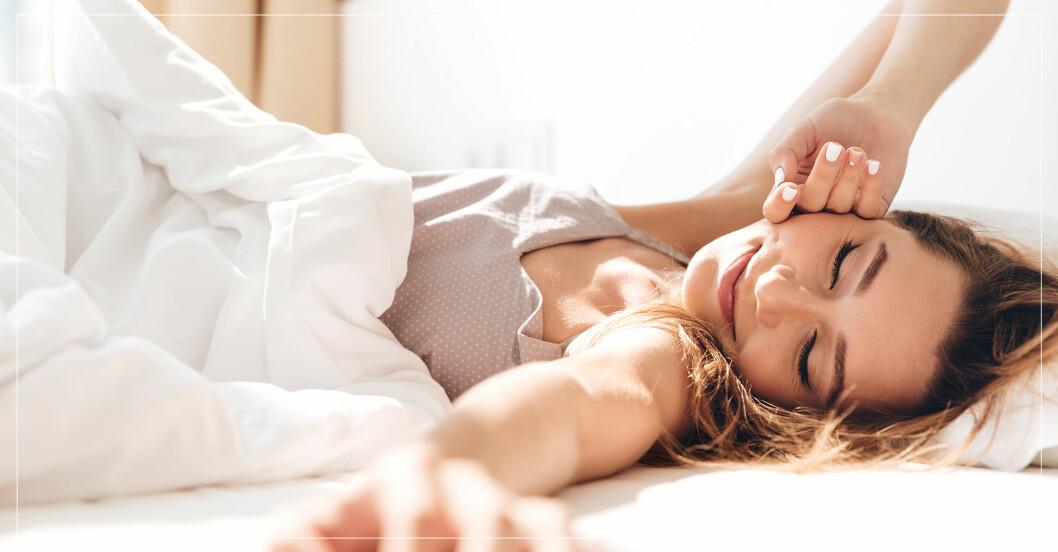 kvinna som ligger i sängen