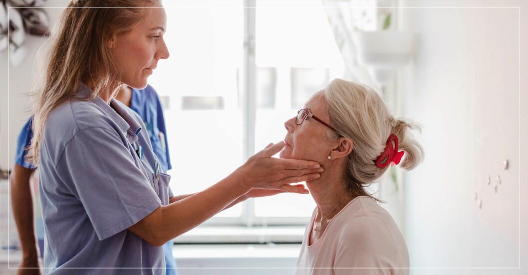 Läkare undersöker halsen på en patient