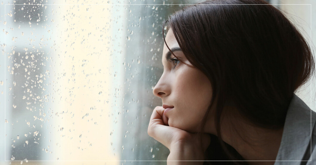 Tittar ut genom fönstret