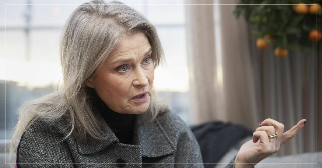 Lena Endre i en grå jacka.