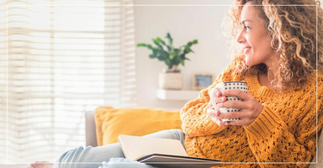 Kvinna i soffa med kopp te