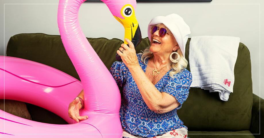 Christina Schollin och en rosa flamingo