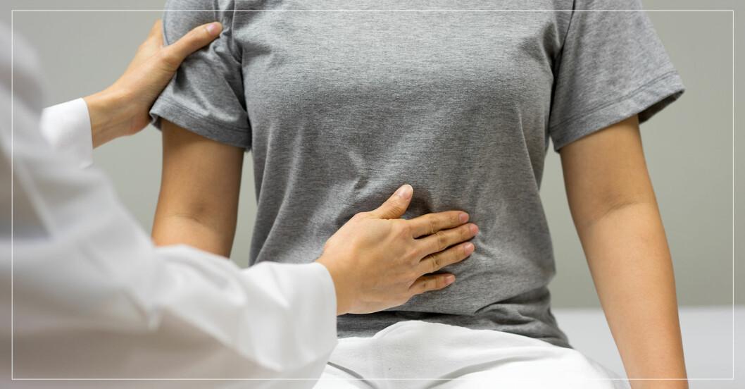 Läkare undersöker kvinnas mage