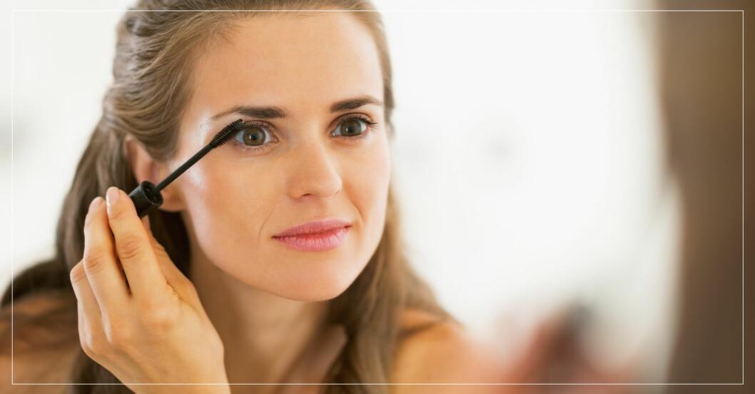 Kvinna applicerar mascara